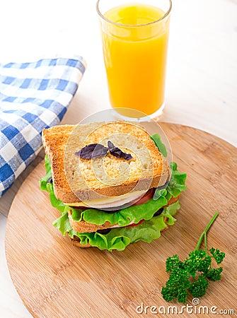 Sandwich avec du jambon, le fromage, les tomates et la laitue