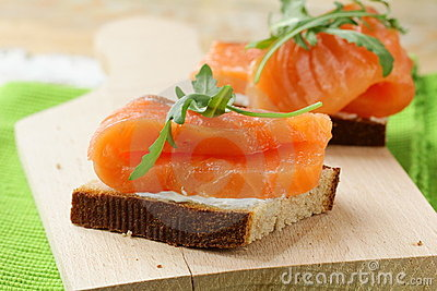 Sandwich with smoked salmon and arugula