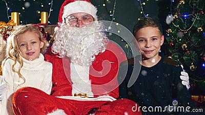 Santa και παιδιά κοντά στο διακοσμημένο χριστουγεννιάτικο δέντρο Κατάλογος επιθυμιών φιλμ μικρού μήκους