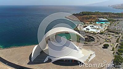 Santa Cruz De Tenerife, España - mayo, 18, visión aérea 2018 de 'Auditorio de Tenerife 'desde arriba almacen de metraje de vídeo