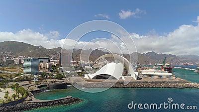 Santa Cruz De Tenerife Spanien - Maj, 18, 2018 flyg- sikt av 'Auditorio de Tenerife 'från ovannämnt stock video