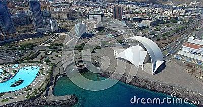 SANTA CRUZ DE TENERIFE, SPANIEN - SEPTEMBER, 18, 2015; flyg- längd i fot räknat av 'Auditorio de Tenerife' och landskap av Santa  arkivfilmer