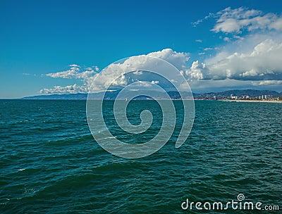 Santa Monica Coast linje Time-schackningsperiod med moln och havet arkivfilmer