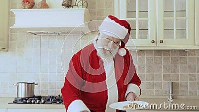 Santa stawia ciastka na talerzu zdjęcie wideo
