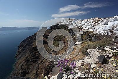 Santorini con la ciudad de Fira y mar-vista en Grecia