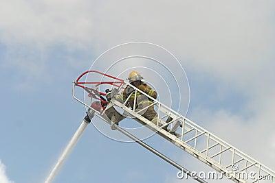 Sapador-bombeiro em uma escada