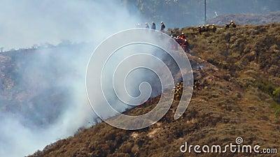 SAPADORES-BOMBEIROS do incêndio violento 1n vídeos de arquivo