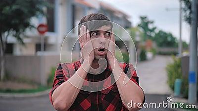 Sasued Man mira a la cámara con sobresalto en las garras de la cara mostrando miedo y sorpresa mientras se queda afuera metrajes