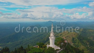 Satellietbeeld van Ambuluwawa-tempel in Sri Lanka, mooi landschap met groene bergen stock videobeelden