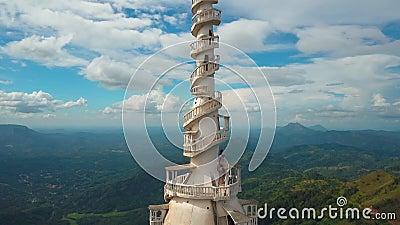 Satellietbeeld van Ambuluwawa-tempel in Sri Lanka, mooi landschap met groene bergen stock video