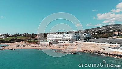 Satellietbeeld van het zandige strand van de koraalbaai in paphos van Cyprus met blauw water en golven op zonnige winderige dag H stock footage