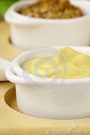 Sauce à moutarde française dans le bateau de sauce au jus