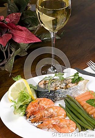 Saumons et crevette avec du vin