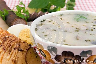 Saure Suppe mit Ei, Wurst und Brot