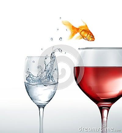 sauter de sourire de poissons d 39 or d 39 un verre de l 39 eau un verre de vin rouge image libre de. Black Bedroom Furniture Sets. Home Design Ideas