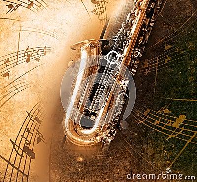 Saxofón viejo con el fondo sucio