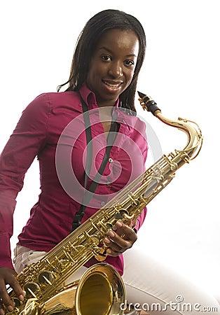 Saxofón del juego de la muchacha del afroamericano