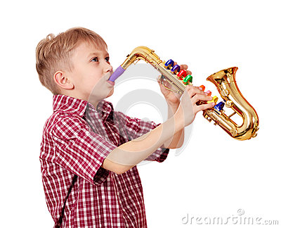 Saxofone do jogo do menino
