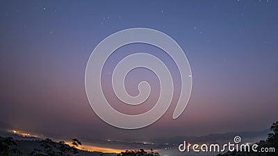 Sbiadirsi delle stelle e della Via Lattea, l'alba di mattina la luce dai passaggi del sole attraverso le nuvole di mattina Th archivi video