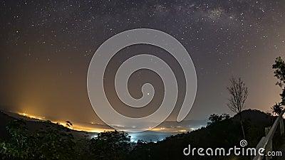 Sbiadirsi delle stelle e della Via Lattea, l'alba di mattina la luce dai passaggi del sole attraverso le nuvole di mattina Th stock footage