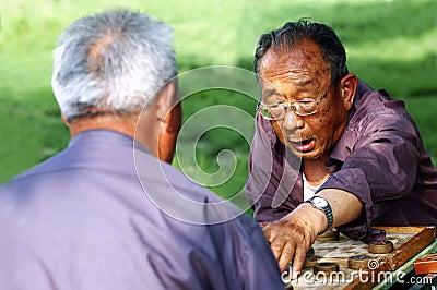 Scacchi del cinese del gioco dell uomo anziano