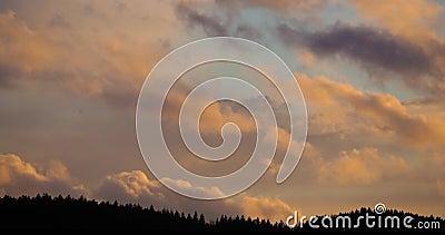 Scadenza delle nubi arancioni mobili nel cielo sopra le colline della foresta video d archivio
