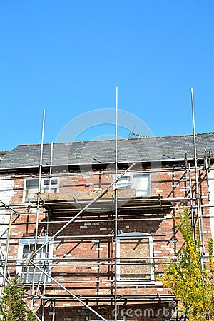 Free Scaffolding On Old Georgian House Under Renovation Stock Images - 53339154