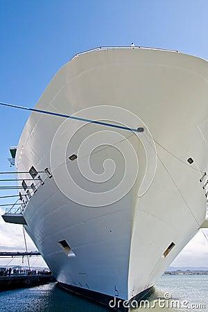 Scafo bianco della nave di Cruse con la corda blu