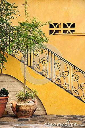 decorata in un cortile con le pareti gialle, il pavimento di pietra e ...