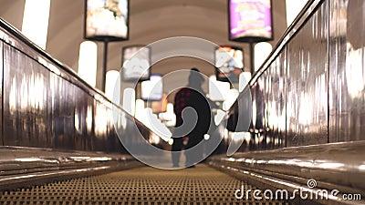 Scale mobili sotterranee all'ora di punta Fondo vago con le luci del bokeh 3840x2160 video d archivio