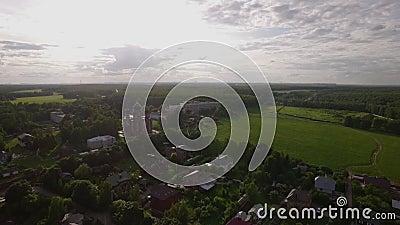 Scena aerea del villaggio con la cattedrale di ascensione in Lukino, Russia archivi video