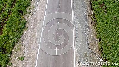 Scena lotnicza trasy w stepowym krajobrazie o złotej godzinie zachodniej Aparat poruszający się do przodu za śledzonym vanem na d zbiory