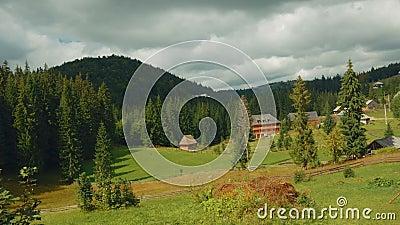 Scena pastorale nella campagna rumena su Sunny Day - grandangolare archivi video