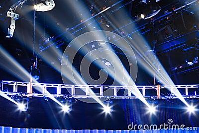 Scena z światłami reflektorów