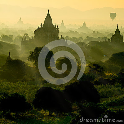 Free Scenic Sunrise With Silhouette Balloons Above Ruin Pagoda In Bagan, Myanmar. Stock Images - 98258994