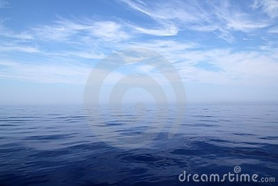 Scenics do horizonte do céu do oceano da água azul de mar calmo
