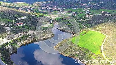 Scenisch luchtbeeld van de dam en omgeving van Germasogeia district Limassol, Cyprus stock videobeelden