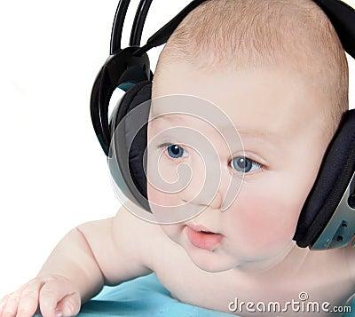 Schätzchen mit Kopfhörern