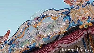 Schöne belichtete Karusselldetails bei der Rundung am Weihnachtsmarkt in der Zeitlupe Buntes Karussell der Weinlese mit Engel stock video footage