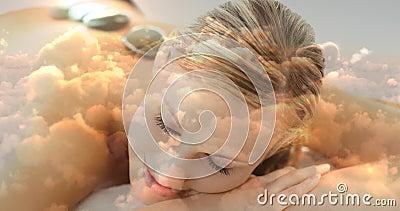 Schöne Blondine, die am Badekurort mit heißem Basaltstein auf der Rückseite und am cloudscape für Valentinsgruß d liegen stock video footage