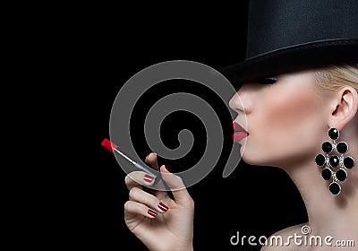 sch ne blondine mit zigarette und den roten lippen. Black Bedroom Furniture Sets. Home Design Ideas