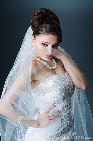 Schöne Braut im Studio