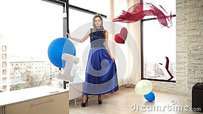 Schöne Brunettefrau Cinemagraph, die in lang beeinflussendem Kleid auf dem Hintergrund von großem Windows steht stock video footage