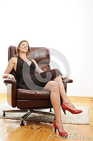 sch ne frau die in einem sessel sitzt lizenzfreies stockbild bild 10331766. Black Bedroom Furniture Sets. Home Design Ideas