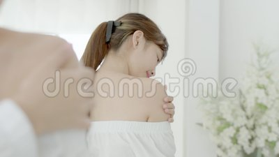 Schöne junge Asian-Kosmetikmacheup, Girdhand Touch Schultercreme und Lotion aussehender Spiegel attraktiv stock footage