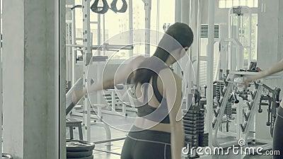 Schöne junge Asianin Tracksuit und Stretching Muscle Arm in Fitness, asia Girl Training und schauen Spiegel stock video footage