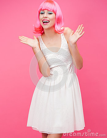 Schöne junge Frau über rosa Hintergrund