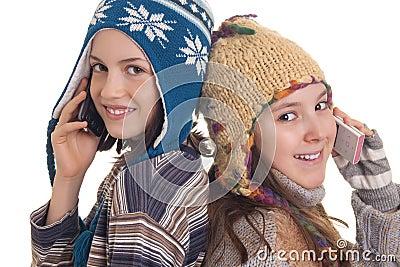 Schöne junge mädchen im warmen winter kleidet das sprechen über ein