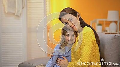 Schöne lächelnde Dame, die das glückliche Mädchen schaut zur Kamera, Schablone umarmt stock footage