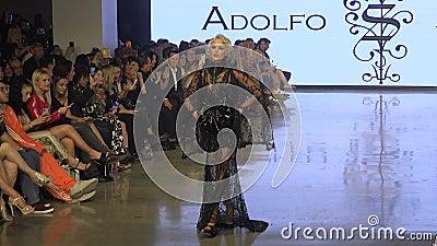 Schöne Modemodellwanderungen während der Los Angeles Fashion Week stock footage